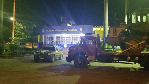 Caminhoneiro alerta PRF sobre roubo de máquina agrícola na BR-153