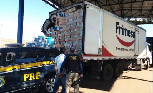 PRF apreende 140 mil maços de cigarro em caminhão que transportava frango