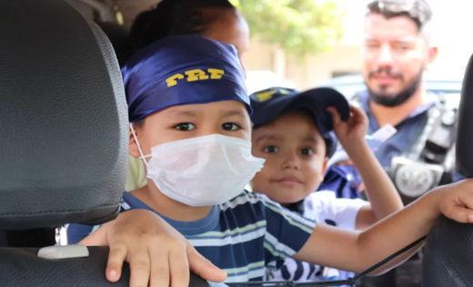 Crianças que lutam contra o câncer participam de ação da PRF